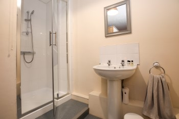 Cassiobury court drug rehab en suite bathroom